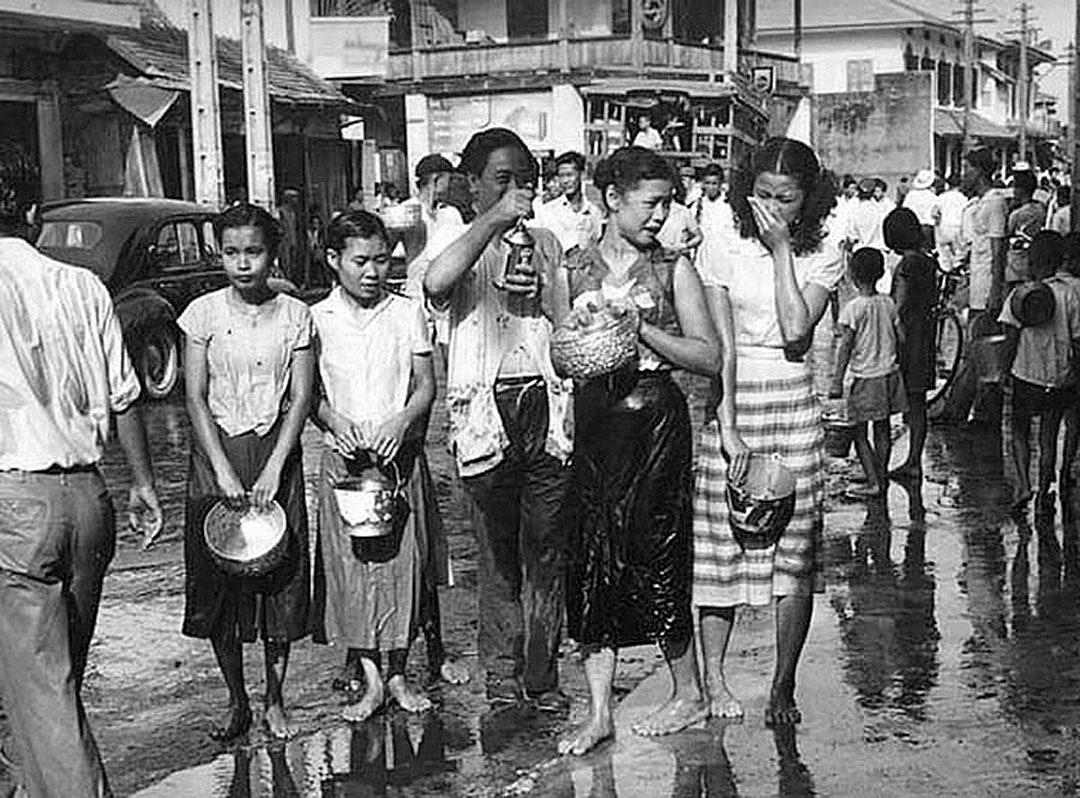 1941 Girls enjoying a Bangkok Songkran.jpg