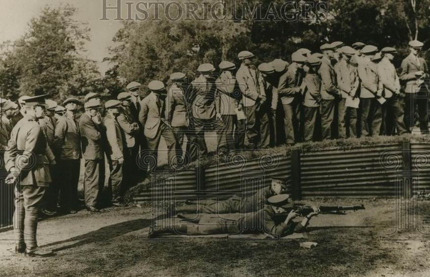 Кадеты Сандхерста (в особой полугражданской форме) на показательных стрельбах армейцев, 1930г.