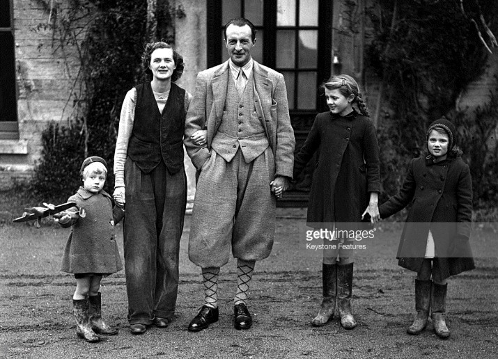Фотографию Браунинга в молодости не нашел, везде знаменитые фото уже генерала. Так что пусть будет с женой-писательницей и детьми. 1951г.