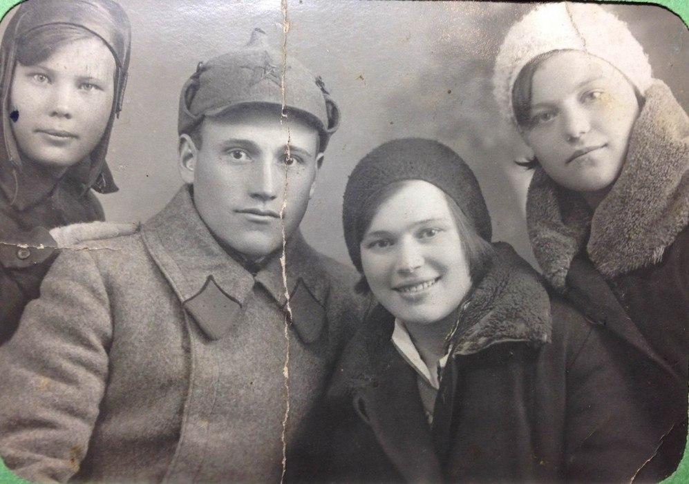 Дед по отцу, довоенное фото, видимо после сборов - кубари из петлиц вынуты.