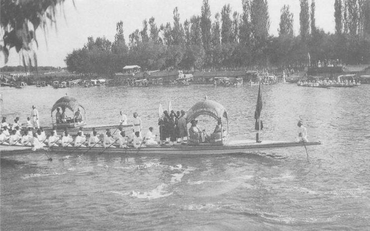 Речная процессия в честь наследника престола Кашмира, р.Джелам, Сринагар, 1931г. Фото из книги Ф.Инголла.