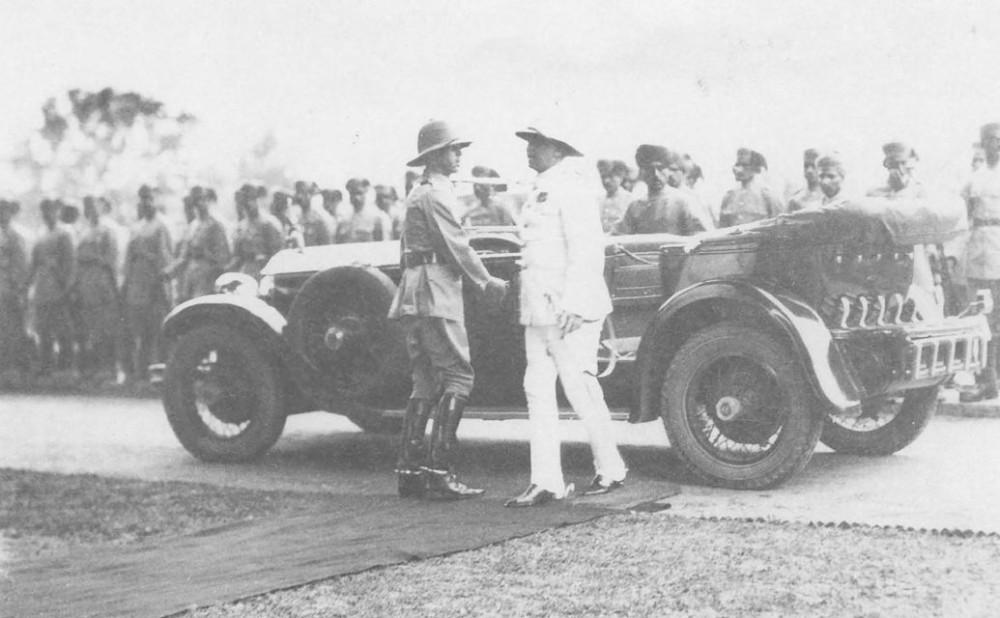 Резидент и автор во время церемонии в честь наследника престола Кашмира, Сринагар, 1931г. Фото из книги Ф.Инголла.