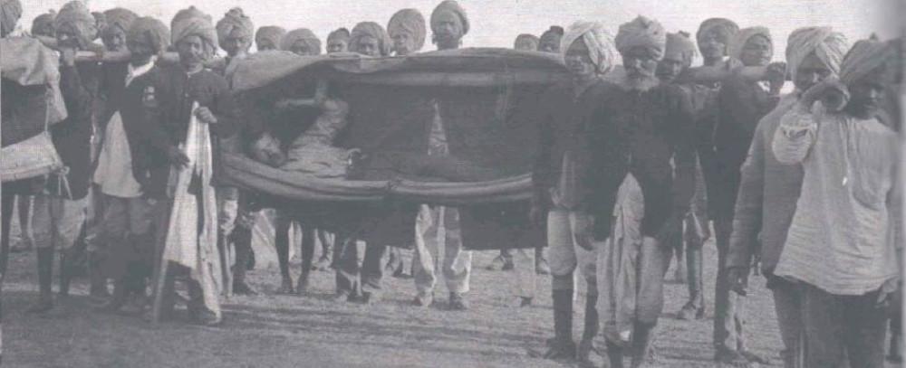 Индийский корпус переносит раненого.