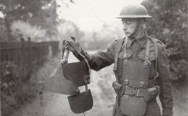 Лэнс-капрал Королевских фузилеров (Города Лондона полка) демонстрирует экспериментальную броню, Шеффилд Парк, 28 ноября 1941г.