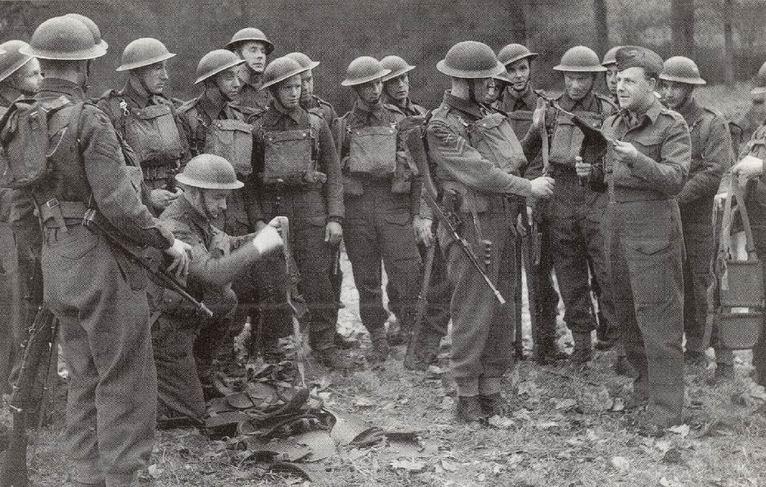 Офицер и солдаты 8го или 9го батальона Королевских фузилеров 167й Лондонской бригады 56й пехотной дивизии, 21 марта 1942г.