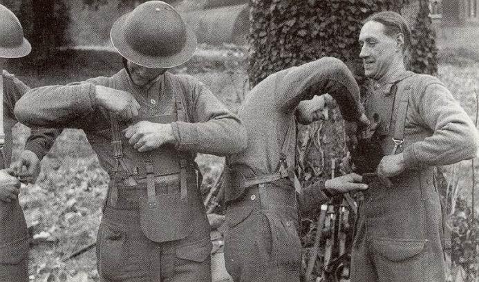 Солдаты демонстрируют ношение брони под верхней одеждой. Брюшная пластина заправляется в штаны.