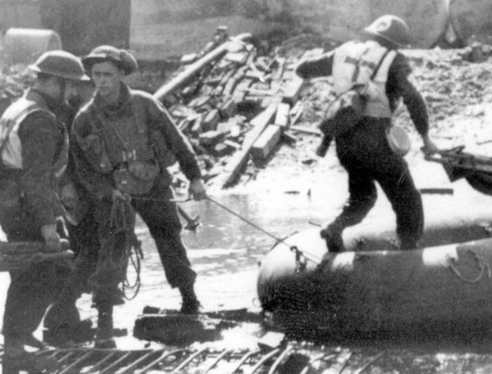 Санитары Черной стражи (Королевского горского полка) Канады, 5я бригада, 2я канадская пехотная дивизия, Голландия, 10 апреля 1945г.