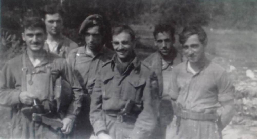 Майор Джеймс Остигай со своими людьми, Полк Мэзоннёв, 5я бригада, 2я канадская пехотная дивизия, Франция, июль 1944г.