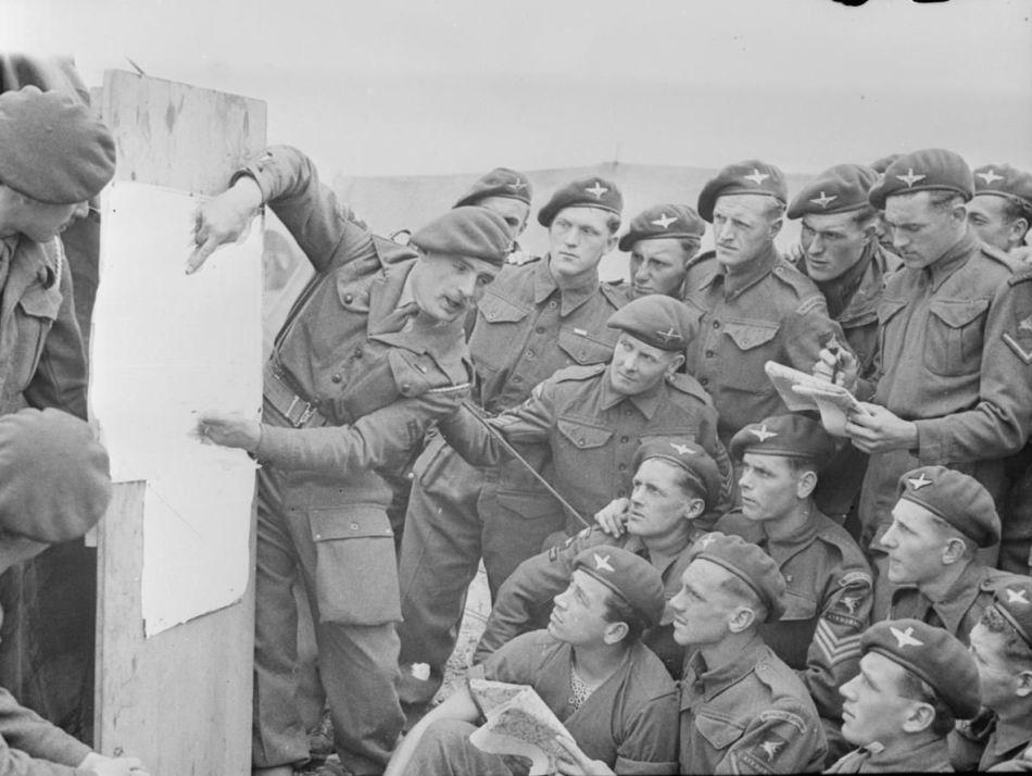 Брифинг лейтенанта Боба Мидвуда перед высадкой в Нормандии, 22я отдельная парашютная рота, 6я вдд, 4-5 июня 1944г. Сетка видна на десантнике в центре внизу.