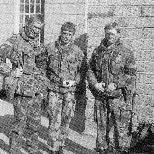 Королевская морская пехота, Северная Ирландия, 1983г. На всех троих арктические ветровки, у двоих под ними тропические штаны. Левый одел обычные, более плотные, брюки, дающие лучшую защиту от огня в случае беспорядков, а чтобы не понижать градус аллинеса, взял разгрузку для Брена времен Второй мировой, от руки покрашенную в камуфляж. Хорошее Алли.