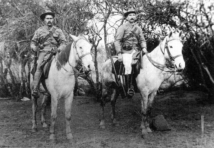Лейтенант Роу справа.