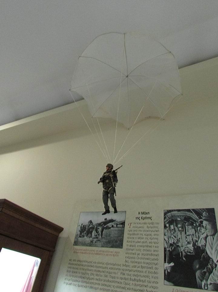 Под потолком фигурка фальширмягера - символ кампании 1941г.