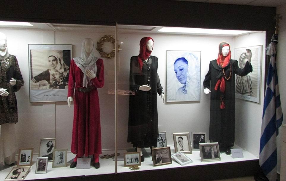 В подвальчике небольшая экспозиция или временная выставка, посвященная женщинам.