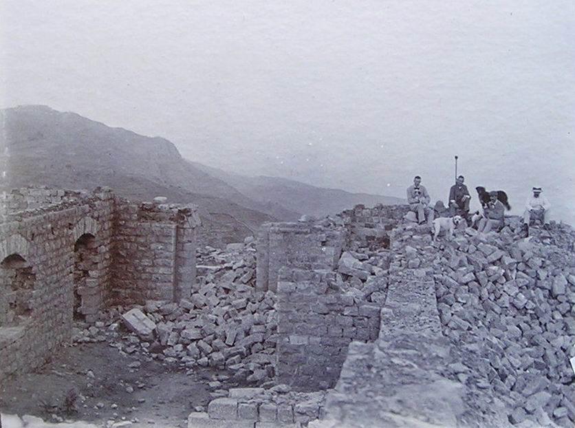 Английские туристы на развалинах Сарагархи спустя несколько лет, начало ХХ века.
