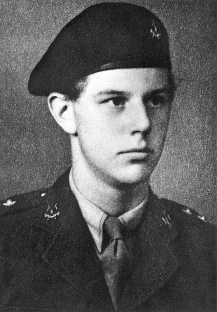 Майкл Оллмэнд, впоследствии кавалер Креста Виктории (посмертно), во время службы в 6м Собственном герцога Коннаутского уланском полку. Виден черный берет Бронетанкового корпуса и полковые эмблемы.
