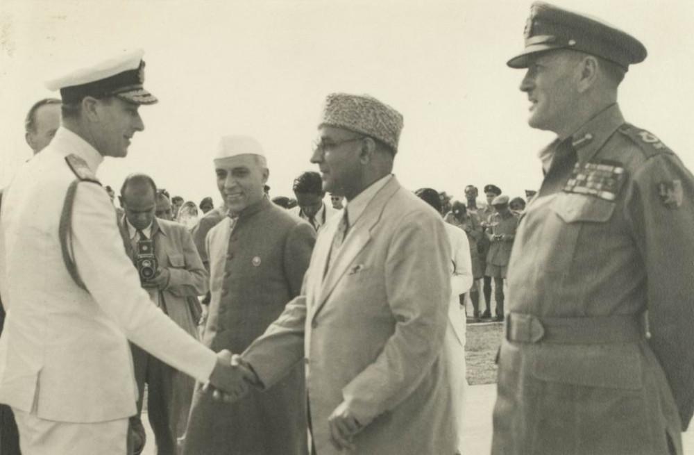 Вице-король лорд Маунтбеттен пожимает руку Лиакату Али Хану, рядом стоит Джавахарлал Неру, справа - фельдмаршал сэр Клод Окинлек, март 1947г.