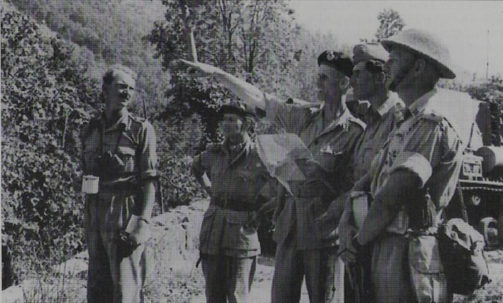 Вечер 15 сентября 1943г., незадолго до атаки на холм Пиголетти. Джек Черчилль крайний справа, в каске и с клеймором, выслушивает приказ командующего 10го корпуса генерал-лейтенанта Дика МакКрири, с кружкой чая - подполковник Клегхорн, командир 9го б-на Королевских Фузилеров.