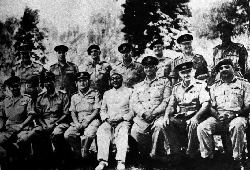 Премьер Лиакат Али Хан с командованием новой армии: высшие британские и пакистанские офицеры.