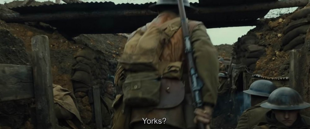 """У солдата справа синяя цифра """"3"""". Вообще каски в этом фильме шикарные - разновидностей эмблем, чехлов и тактикула на них поболее числа статистов в иных фильмах."""