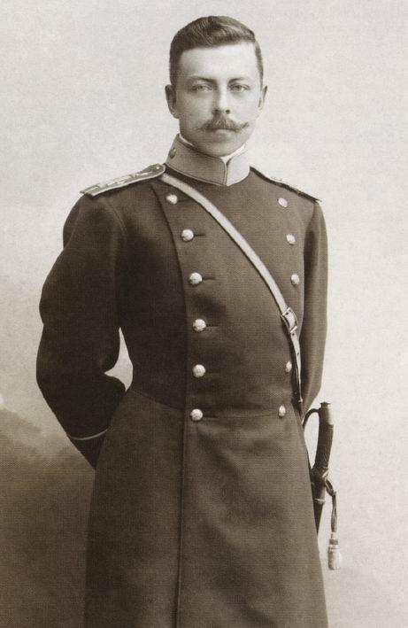 Поручик 6го лейб-драгунского Павлоградского полка в ненавистном автору рассказа сюртуке, начало ХХ века.