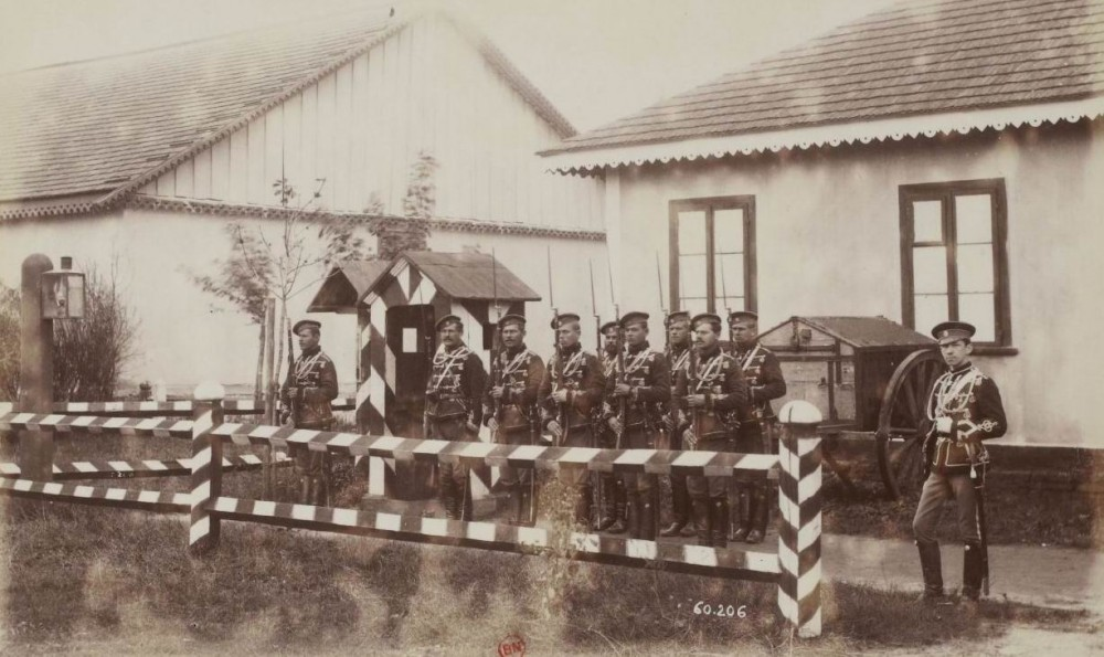 Яркая гусарская форма сохранялась в Гвардии.