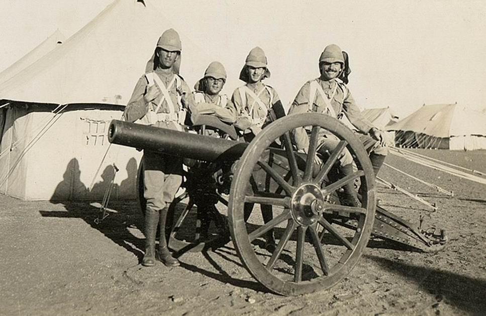 А вот улыбающихся солдат с фотографий впереди ждут пляжи Дюнкерка и джунгли Малайи.