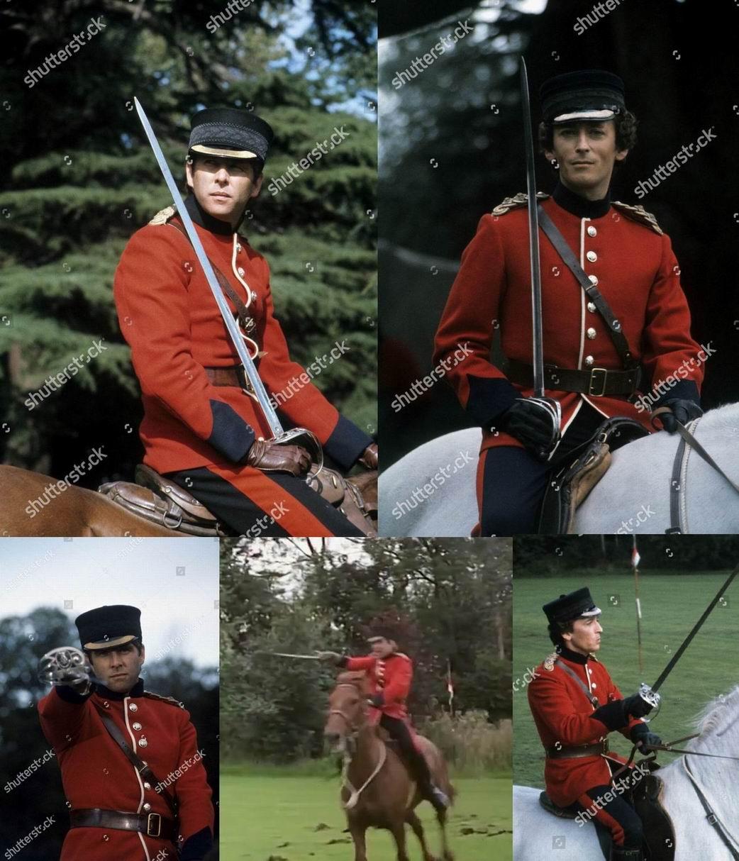 Околыш фуражки у Королевского полка должен быть алый, в фильме же  показан вариант для некоролевских полков– черное шитье «дубовые листья».