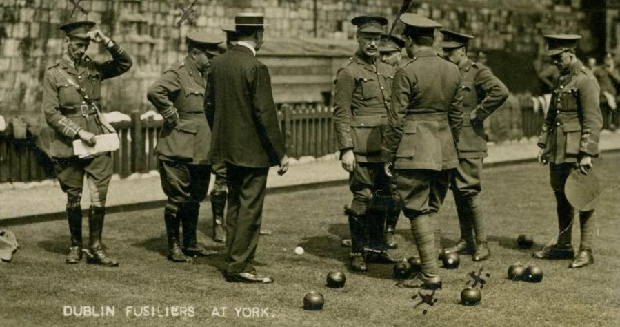Подполковник Мейнуоринг стоит второй слева, уперев руку в бок. Август 1914г.