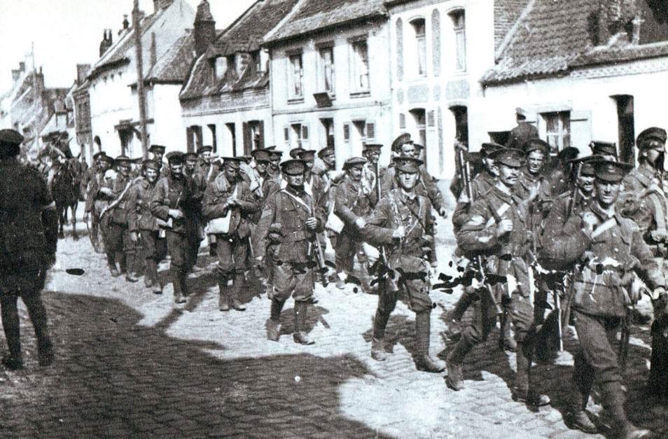 Британская пехота проходит через французское селение, август 1914г.