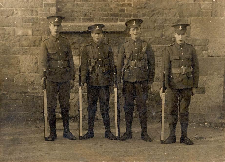 Джон Боланд (2й справа) погиб 27 августа 1914г. 23 августа 1914г. во Франции высадилось 22 офицера и 1023 нижних чина Королевских Дублинских фузилеров. Через 20 дней их осталось 10 и 478 - остальные погибли, были ранены или попали в плен. И такая статистика была типична для БЭС.