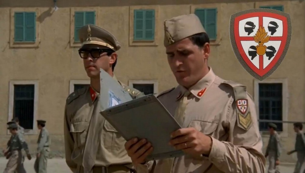 Лейтенант и сержант на перекличке.