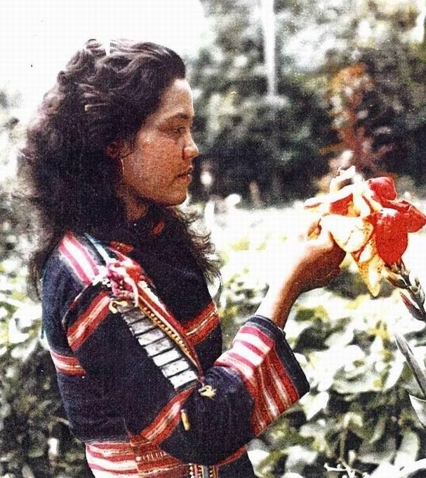 """Девушка в праздничном костюме народности джарай (зярай). 1964г. Предположительно, это жена одного из прототипов персонажей фильма """"Иди и скажи спартанцам""""."""