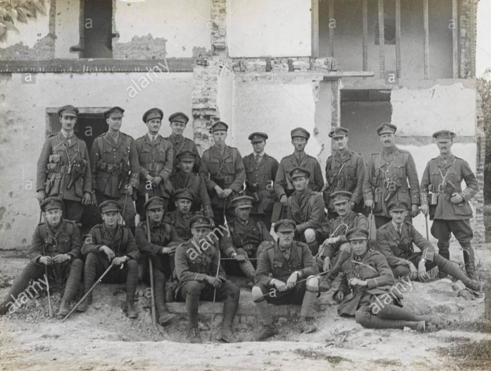 Подполковник А.Э.Хауэлл (в центре) и офицеры 1\3го (города Лондон) батальона Лондонского полка (Королевские фузилеры), 2 августа 1915г.