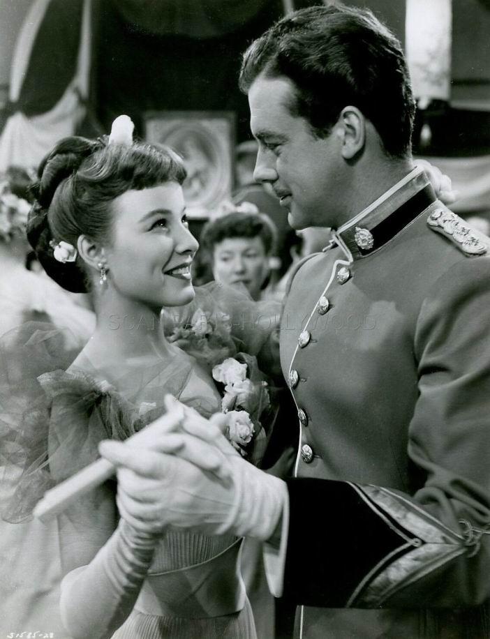 Молодой офицер и его невеста. Их играют Дженис Рул и Питер Лоуфорд.