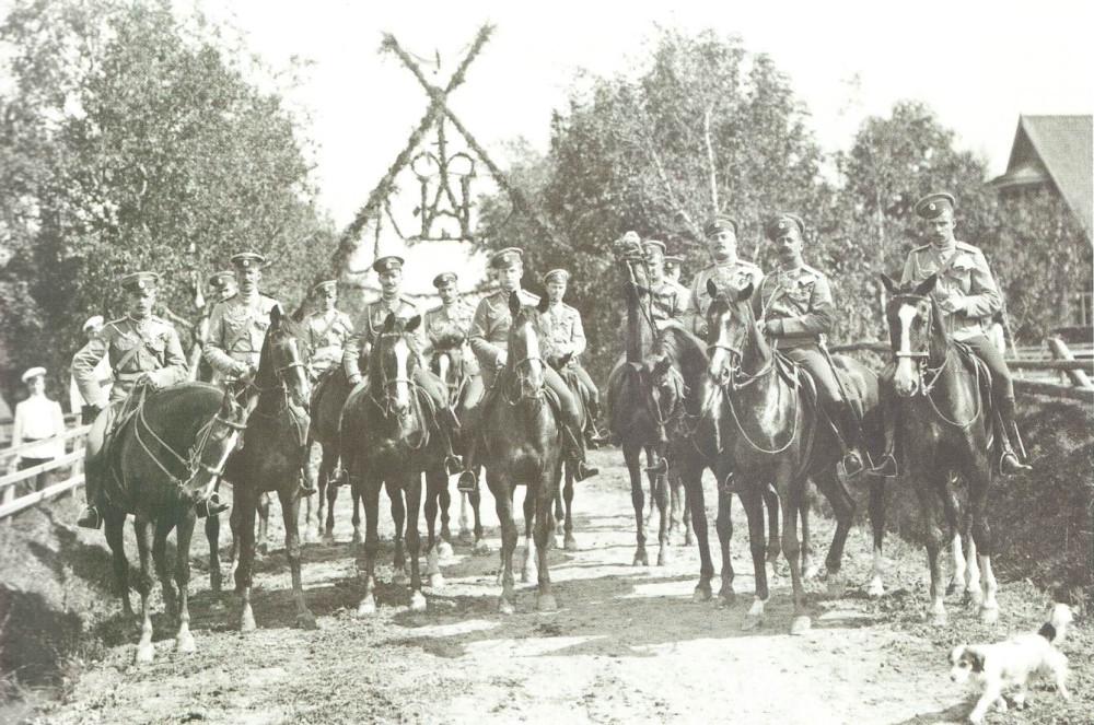 Офицеры Лейб-Гвардии Уланского Ее Величества полка, Красное Село, 1907г. Кителя и чехлы на тульях защитные (околыши — красные). Позади видны солдаты еще в белом.
