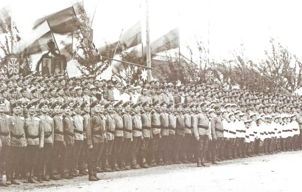 Лейб-Гвардии Уланский Его Величества полк, Красное Село, май 1907г. Солдаты — в крашенных гимнастерках и чехлах на тульи фуражек (околыши — желтые), воспитанники полковой школы солдатских детей — в белом, как и несколько представителей других полков.