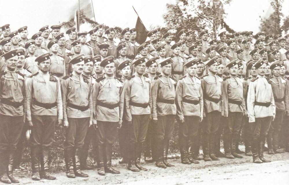 Лейб-Гвардии Уланский Его Величества полк, Красное Село, май 1907г. Солдаты — в крашенных гимнастерках и чехлах на тульи фуражек (околыш — желтый). Окраска производилась в полках своими силами, так что оттенки защитного цвета отличаются, многие рубахи уже успели сильно полинять.