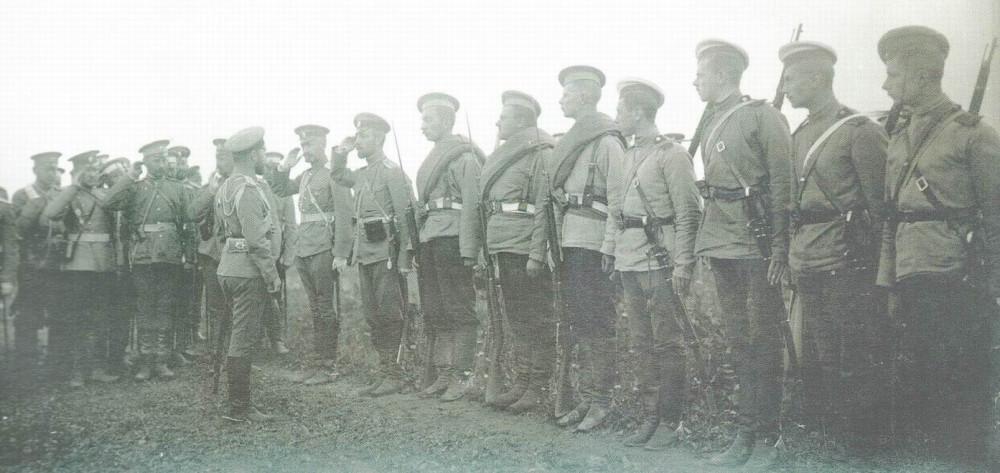 Николай II здоровается с вольноопределяющимися гвардейских частей на маневрах в Красном Селе, 1907г. Вновь видны разные оттенки защитных рубах, но белые тульи на троих справа признак не переходного периода, а традиций тяжелой кавалерии.