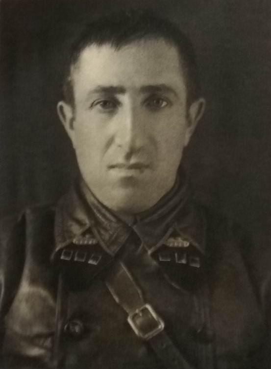 """Фото из книги Е. Дрига """"Сталинские танкисты"""". Танки едут в одну сторону."""