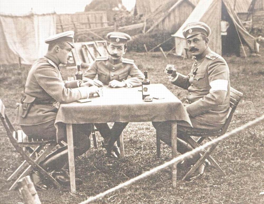 Офицеры Лейб-Гвардии Конного полка на отдыхе, Красное Село, 1912г. Белая повязка, скорее всего, знак посредника на маневрах.
