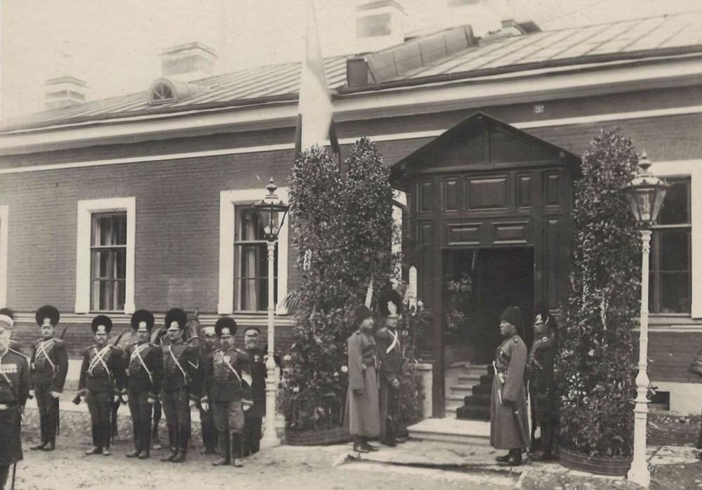 Конно-гренадеры у полковой канцелярии, 1901г. Один из часовых в исторической форме полка. Также заметна разница размеров плюмажей касок — разные производители или мода.