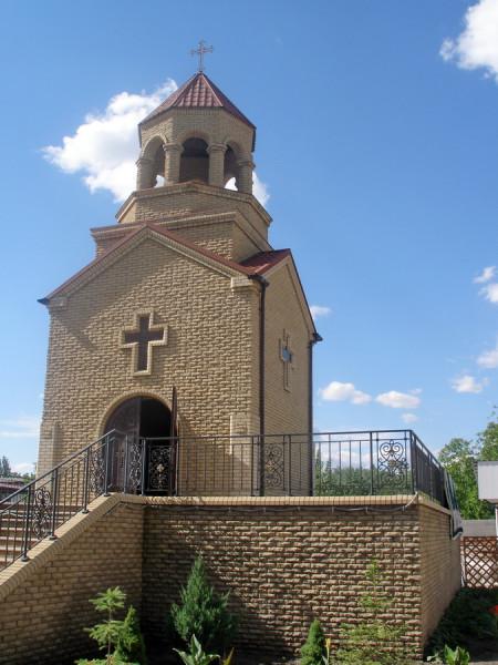 армянская церквушка у паравоза
