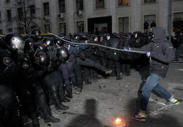 беркут избивает демонстранта