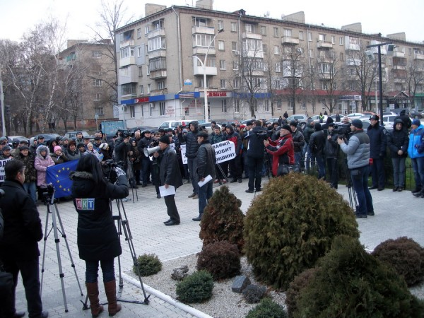 возле прокуратуры Луганской области