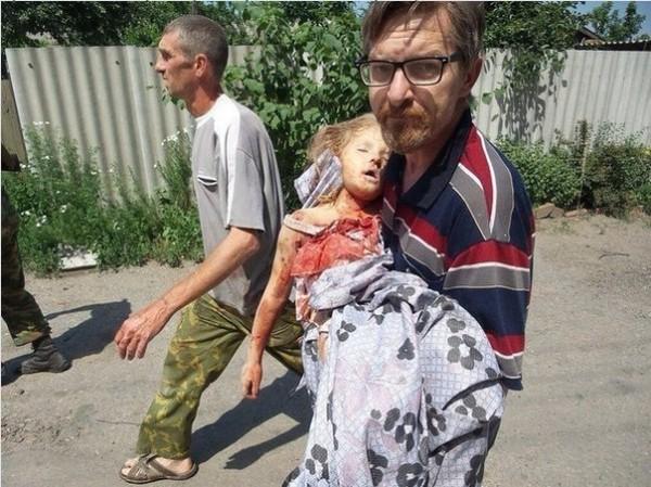 Славянск. Этой девочке было 6 лет. Она погибла от снаряда из украинской гаубицы 8 июня в 13 час. 15мин. Пусть земля тебе будет пухом, крошка