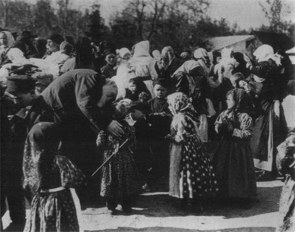 07 Троицын день в Ясной Поляне. Лев Толстой с Анютой Кандауровой 1909 г  фото В.Г. Черткова