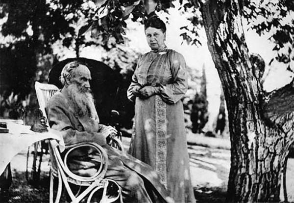 27 Л.Н. Толстой и С.А. Толстая. 1902 г. Крым, Гаспра. Фото С.А. Толстой