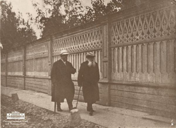 49 Л.Н. Толстой с В.Г. Чертковым на прогулке в Хамовниках. 19 сентября 1909 г. Москва. Фотография Т. Тапселя