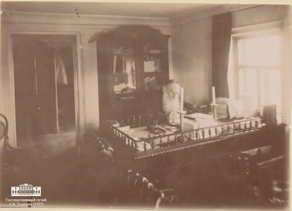 54 Л.Н. Толстой за работой в кабинете московского дома. 1898 Москва. Фотография П.В. Преображенского