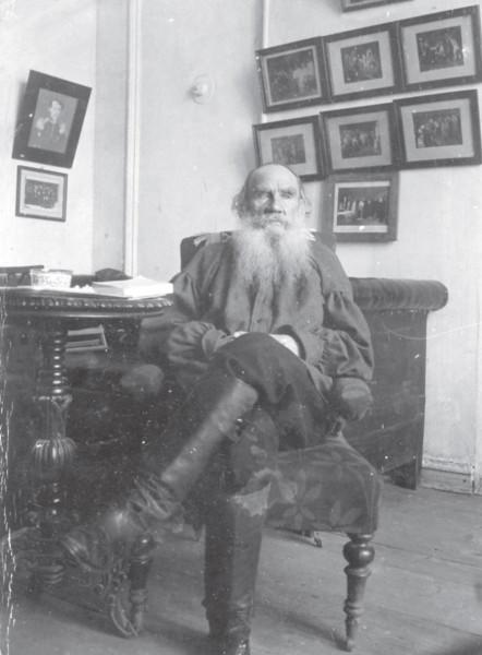 55 Л.Н. Толстой в яснополянском кабинете. 1 января 1905г. Фотография П.И.Бирюкова